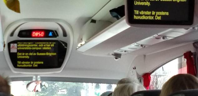 Direkttexter visas på inbyggda TV-skärmar i en buss