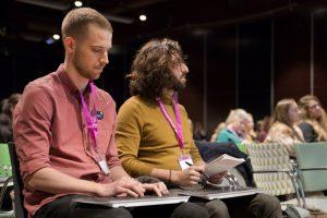 Hans och Mohammed skrivtolkar en konferens