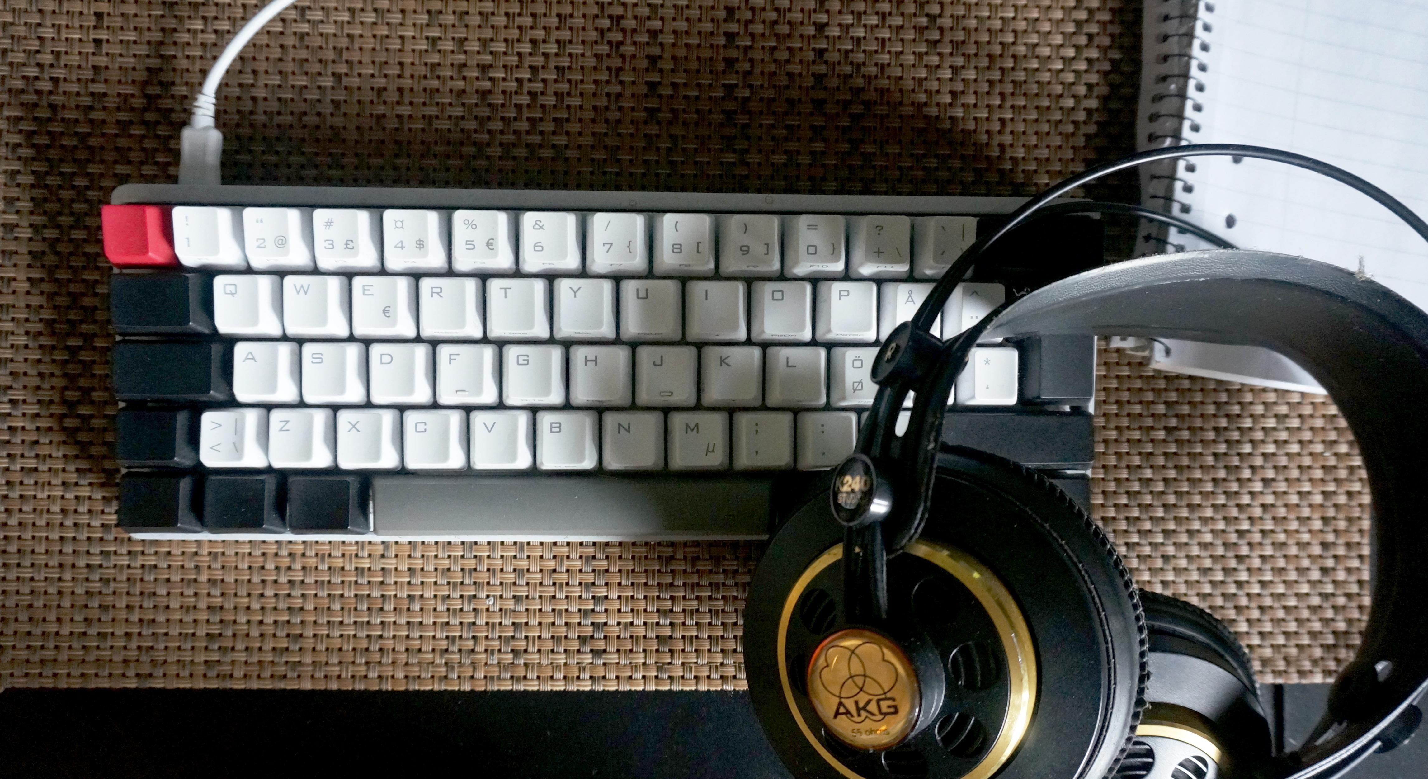 En bild föreställandes transkriberarens verktyg, ett tangentbord och ett par hörlurar